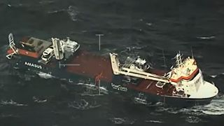 Skipet beveger seg voldsomt i 18 meter høye bølger – den største båten på dekk har falt av