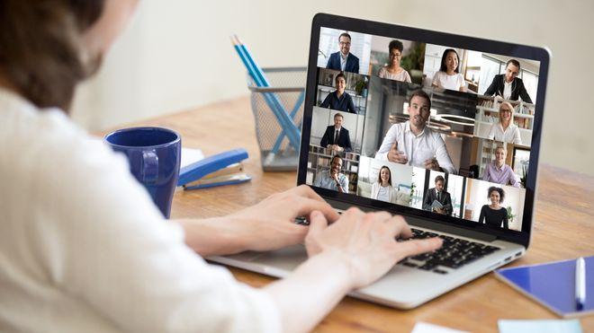 Mange ledere synes det er vanskelig å håndtere lederrollen i det virtuelle møtet med de ansatte, og mangler de uformelle samtalene, påpeker Steen Navrbjerg, som er medforfatter av rapporten Virtuell ledelse under koronakrisen.