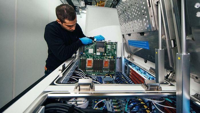 Ioannis Manousakis, en programvareingeniør i Microsoft Azure-virksomhet, fjerner en bladserver fra kjøletanken i ett av Microsofts datasentre.