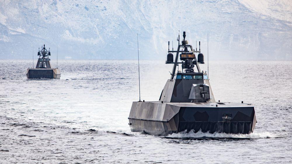 To korvetter føres gjennom et minefelt av minerydderen KNM Måløy under øvelsen TG 21-2 i Nord-Norge i mars 2021.