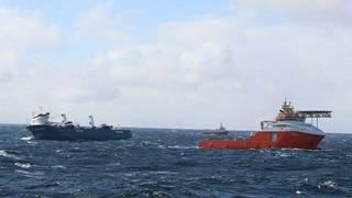 Lasteskipet Eemslift Hendrika og ankerhåndteringsskipet Normand Drott fotografert fra Kystvaktskipet KV Sortland onsdag 7. april 2021.