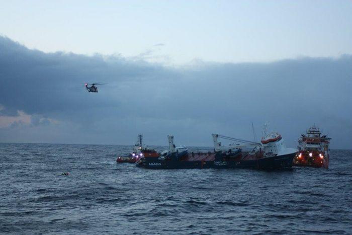 Helikopter satte om bord eksperter fra Smit Slavage som klargjorde for slepet av Eemslift Hendrika onsdag 7. april 2021.