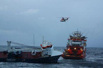 Normand Drott forberedte slep av Eemslift Hendrika onsdag 7. april 2021. Slepet ble satt like før 23.00 og kursen satt mot Ålesund.