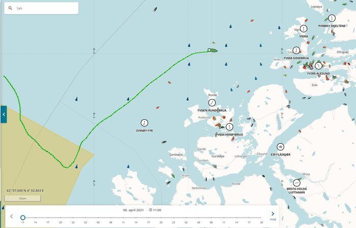 AIS-sporet til Eeemslift Hendrika viser kurs mot land før Normand Drott og BB Ocean fikk satt slepet 22:36 onsdag 7. april og satt kursen mot Ålesund.