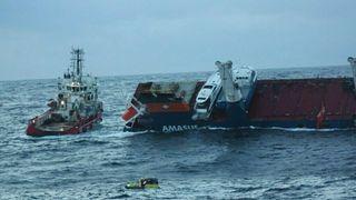 BB Ocean gjorde seg klar for slep akter om Eemslift Hendrika.