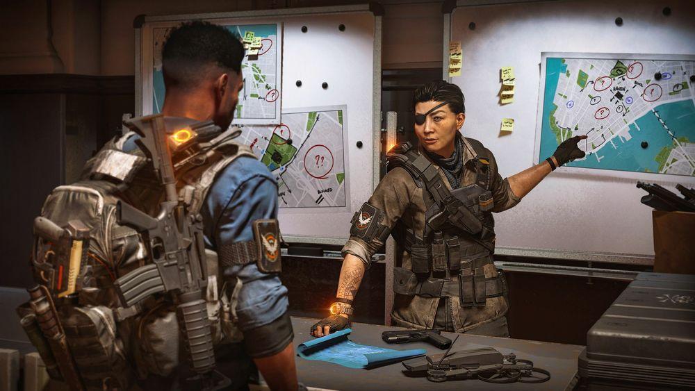 Skjermbilde av to bevæpnede spillfigurer som studerer et kart.