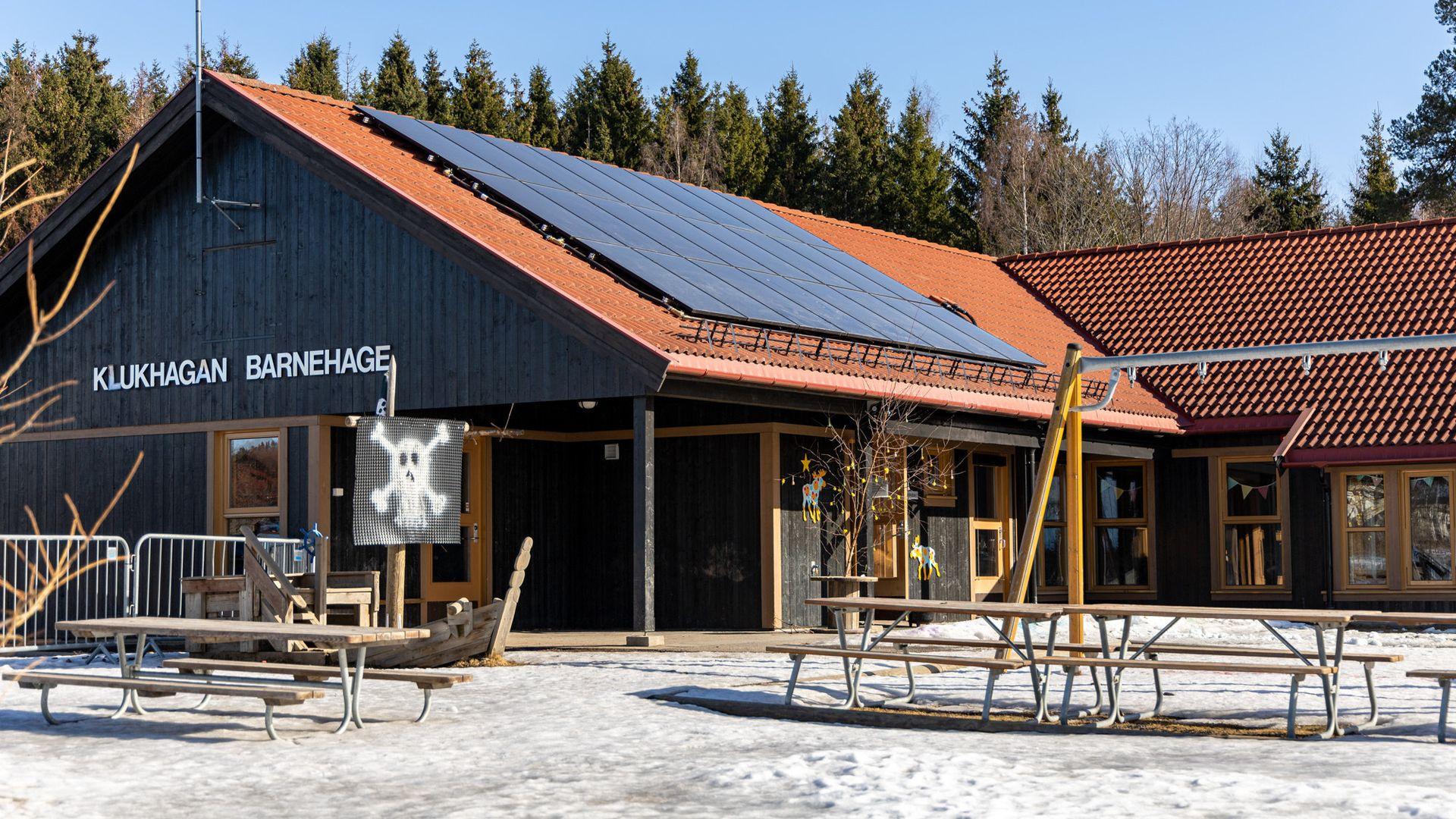 Et kombinert solcelle- og solfangeranlegg på taket, skal sammen med bergvarme gjøre Klukhagan barnehage på Hamar i stand til å produsere 93,5 prosent av sitt eget oppvarmingsbehov.