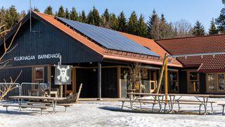 Panelene på taket har både solceller og solfangere. Det gjør jordvarmen mer effektiv