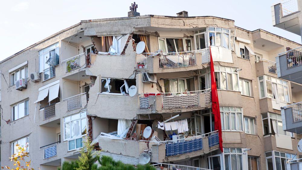 Bildet viser ødelagte bygninger etter jordskjelv i Izmir i Tyrkia 30. oktober 2020.