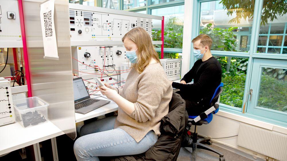 Tredjeårsstudentene i energi og miljø Stian Jørgensen og Helene Grimstad Osberg gjør øvelser som involverer transformatorer, elektriske generatorer og motorer. Det er ikke mulig å ta med hjem og gjøre på hybelen.