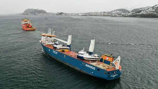 Normand Drott tauer Eemslift Hendrika inn til Ålesund torsdag 8. april 2021.