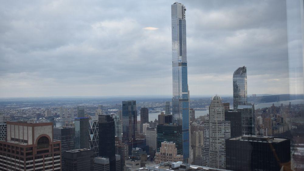Fasaden til det 472 meter høye tårnet består av over 4500 tonn glass og aluminium.