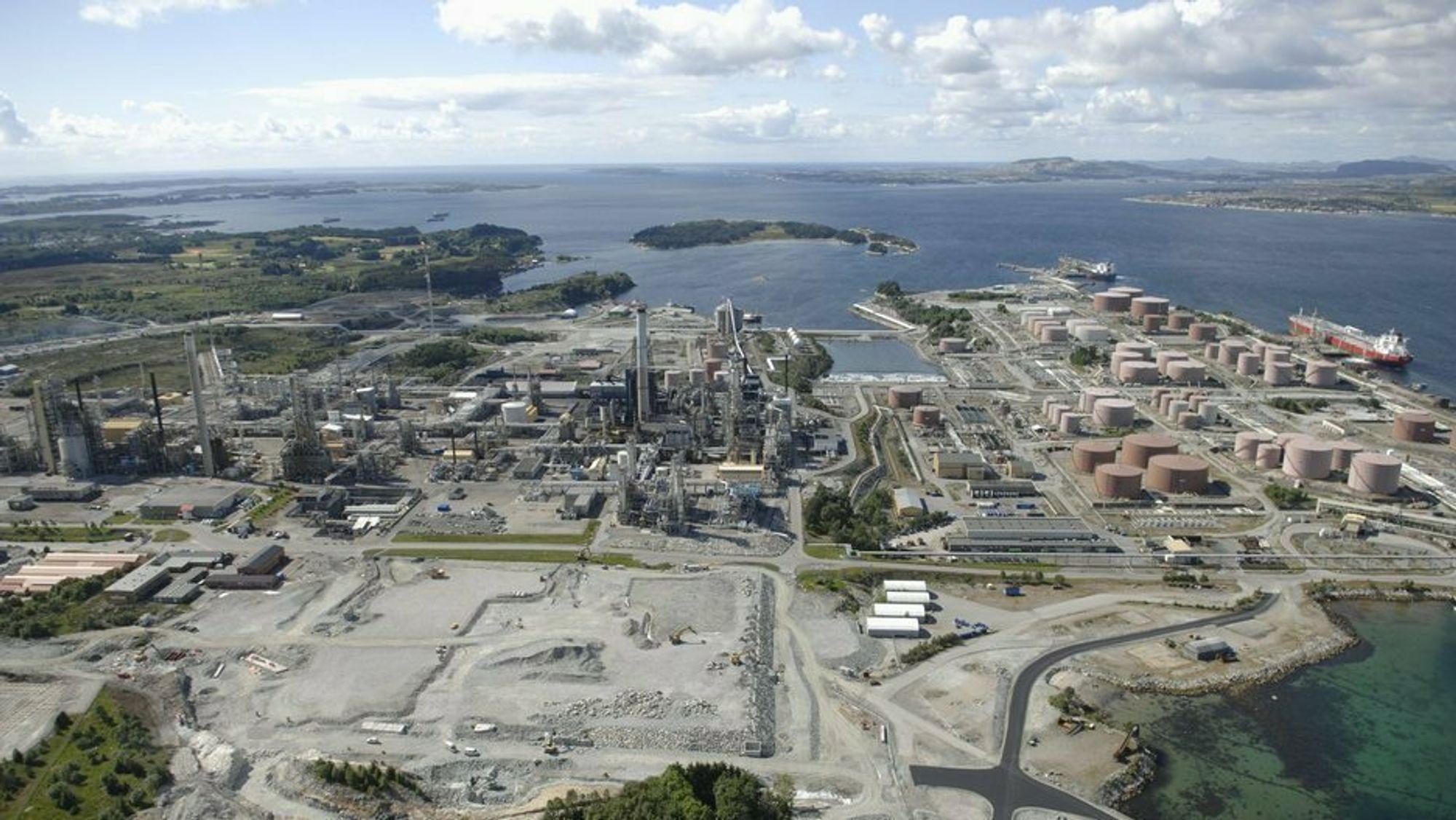 Norges største oljeraffineri ligger på Mongstad og har over tusen ansatte.