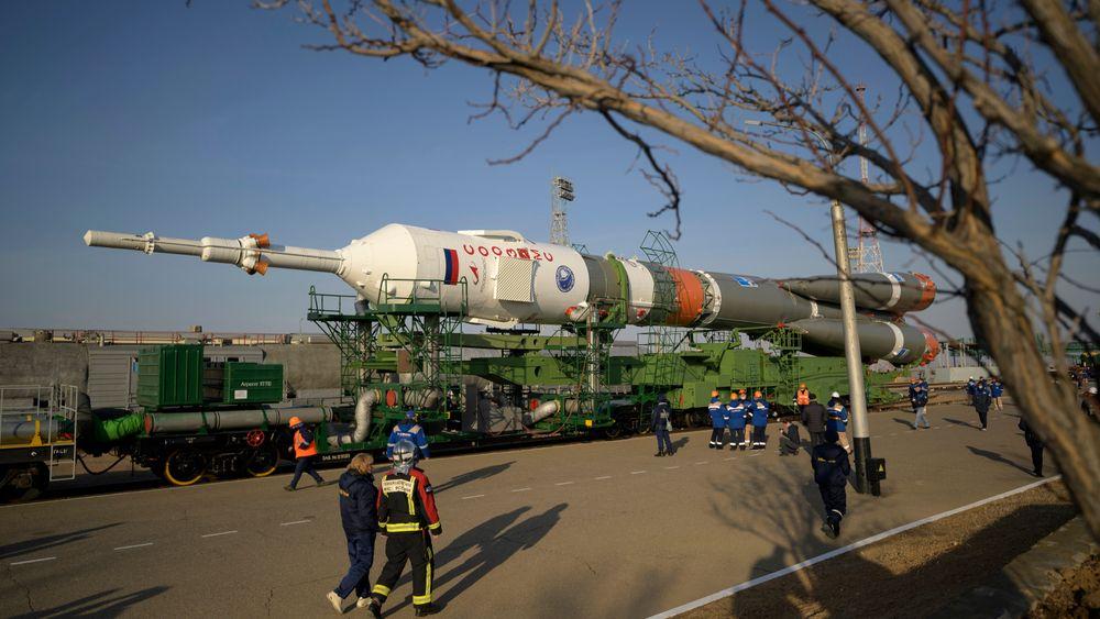 En Sojuz-rakett kjøres ut til rakettoppskytingsbasen Bajkonur Cosmodrome i Kasakhstan. NASA-astronaut Mark Vande Hei, Roskosmos-kosmonautene Pjotr Dubrov og Oleg Novitskij skal etter planen gå om bord på Sojuz MS-18-romfartøyet 9. april. Planen er et lengre opphold på Den internasjonale romstasjonen ISS.