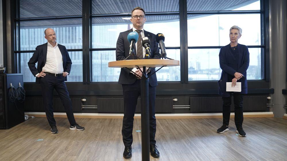 Riksmekler Mats Wilhelm Ruland sier forhandlingene mellom NHO og Lo løsnet først på formiddagen søndag. Her presentere han enigheten sammen med NHO-leder Ole Erik Almlid og LO-leder Peggy Hessen Følsvik på Thon Hotel Opera i Oslo søndag.