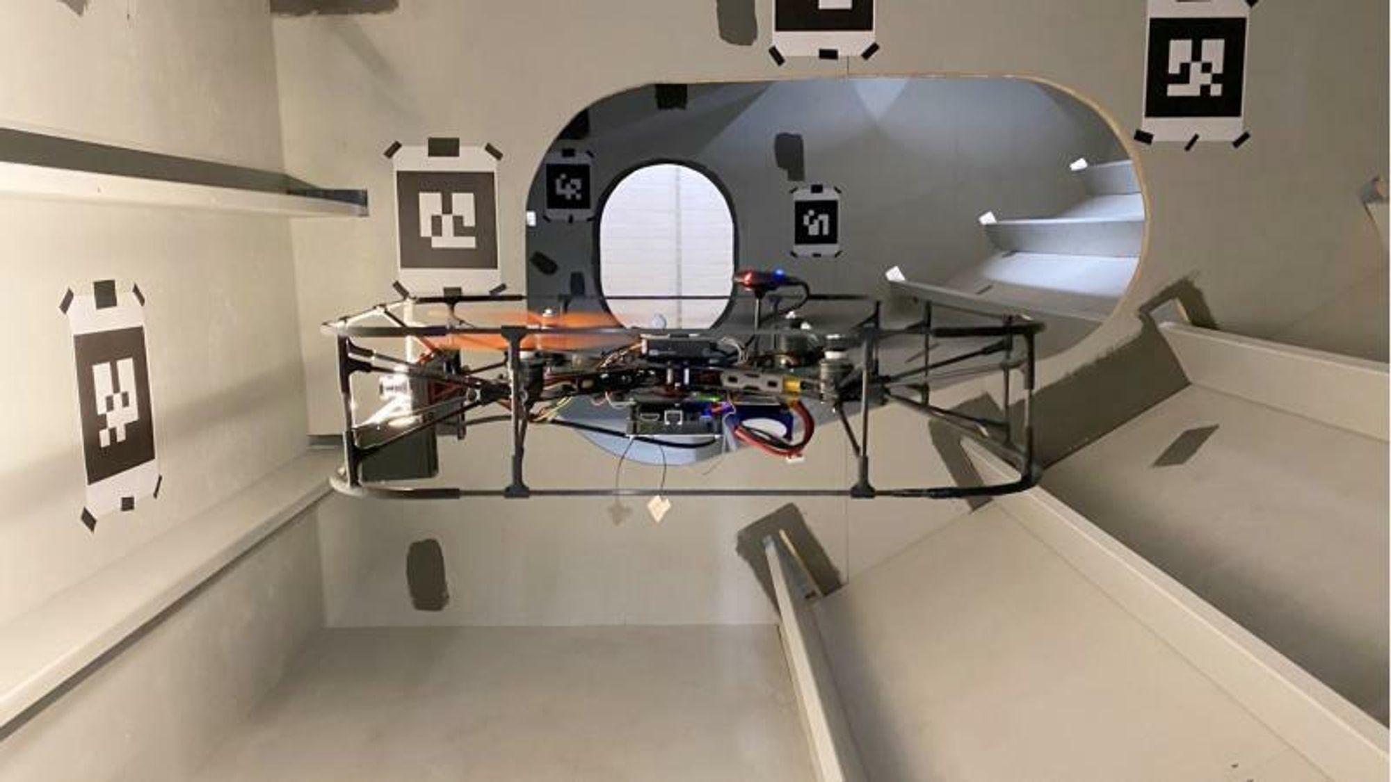 Inspeksjon av ballasttanker på skip er et opplagt test-case for doktorgradstipendiat Rune Yding Brogaards droneprojekt, for her skal den navigere uten GPS-signal, ved hjelp av blant annet lidar, akselerometer og gyroskop. Papiret med mønster på veggen er såkalte Ground Truth Points, som brukes til å kontrollere hvor korrekt posisjoneringssystemet er.