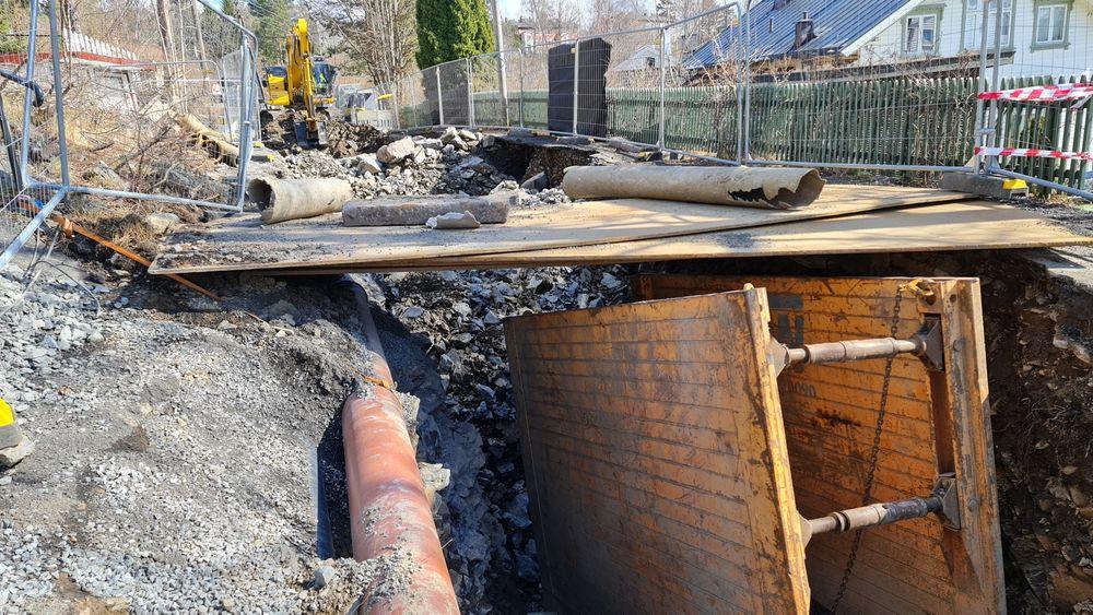 I byene koster det 10.000–15.000 kroner per meter ledningsgrøft. Cowi skal undersøke mulighetene for å benytte gravefrie løsninger mer.