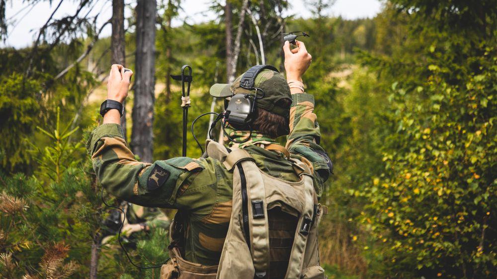Soldater fra Telemark bataljon trener med Nano dronen Black hornet som brukes til oppklaring.