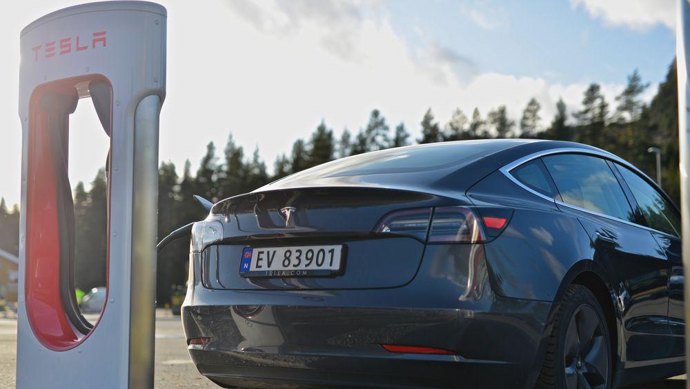 Tesla Model 3 på en Supercharger.