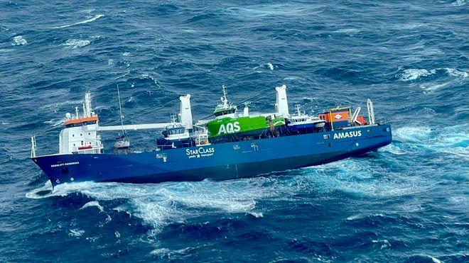 Det nederlandske lasteskip Eemslift Hendrika som har fått slagside i Norskehavet og har sendt ut en nødsignal etter at lasten har forskjøvet seg. Et redningshelikopter har hentet ut flere av mannskapet.