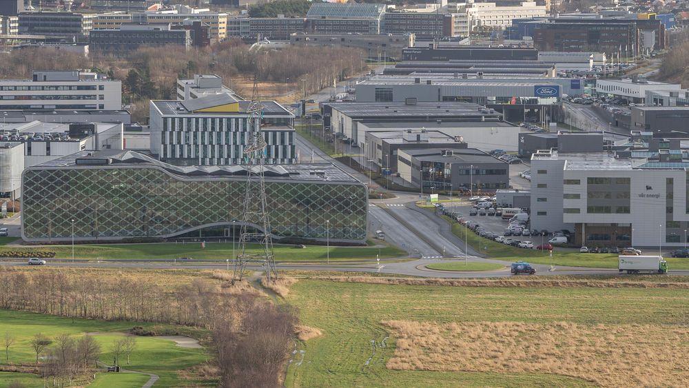 På sletta i forgrunnen ønsker Forus næringspark å etablere en solpark som skal forsyne bedriftene rundt med energi.