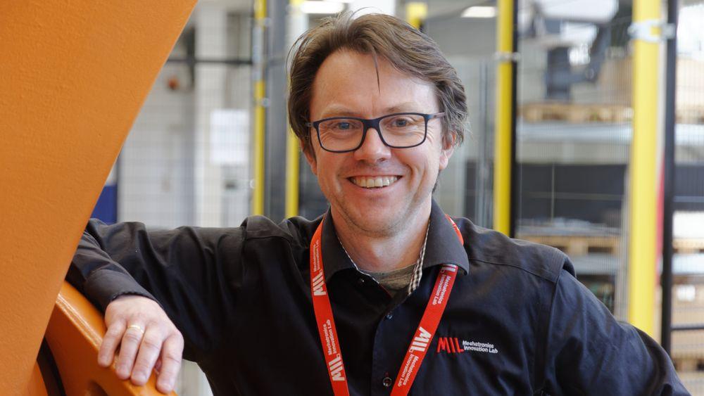 Svein-Inge Ringstad maner norske industriledere til å se på robotisering med nye øyne. – Ikke snakk om roboter, snakk heller om å ta nye verkøty i bruk. Ingen ble skremt da snekkere fikk sprikerspistoler, sier han.