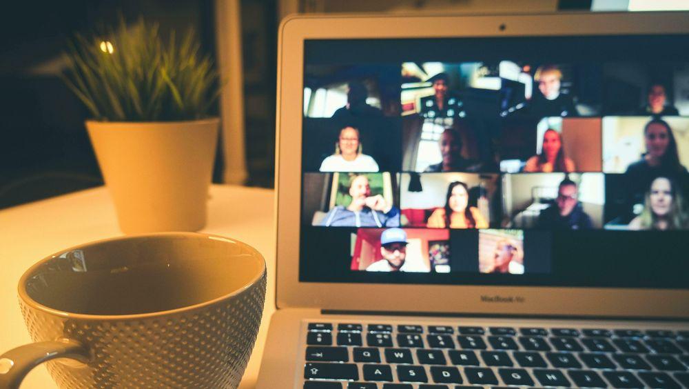 Hjernen vår blir sliten av videomøter.