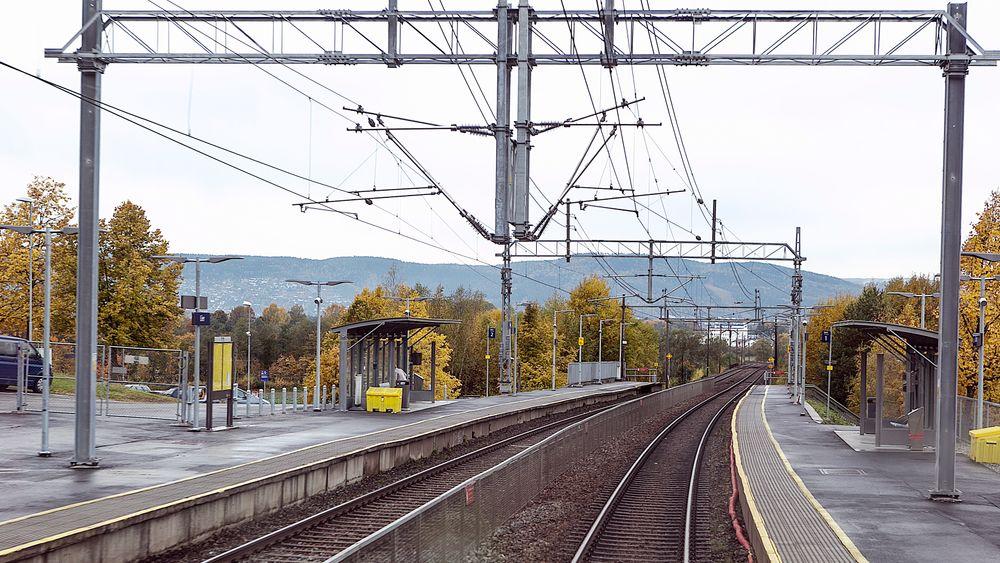 En kvinne og 15 menn vil bli direktør i Jernbanedirektoratet. Foto fra Lier stasjon.