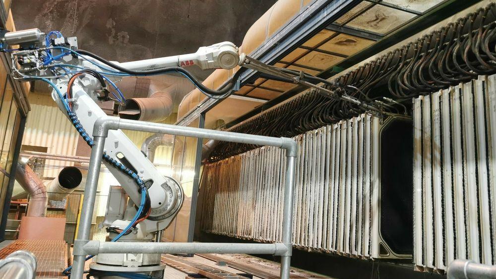Industrirobot på 10 meters bane er sentral i en helautomatisk vaskeløsning hos Vestfjordens Avløpsselskap i Slemmestad