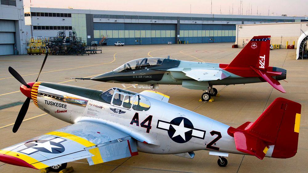 En Boeing-Saab T-7A Red Hawk sammen med en restaurert North American P-51C Mustang (se faktaboks).