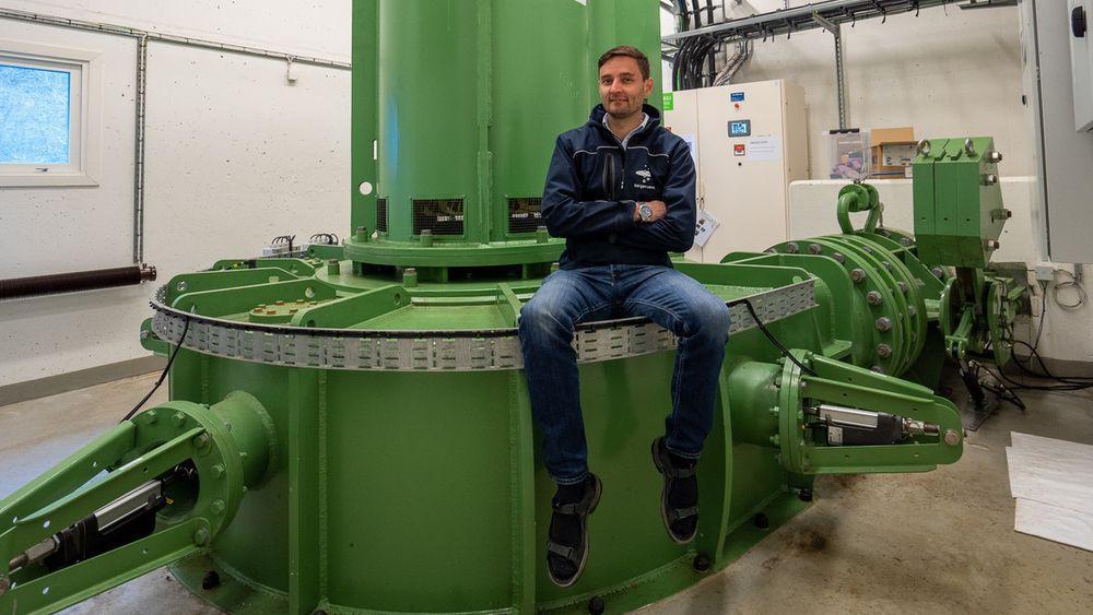 –Drikkevannet fra Svartavatnet går gjennom to turbiner før det kommer ned til vannbehandlingen, sier produksjonsleder Thomas Eriksson. Dette er den nederste turbinen, av peltontypen.