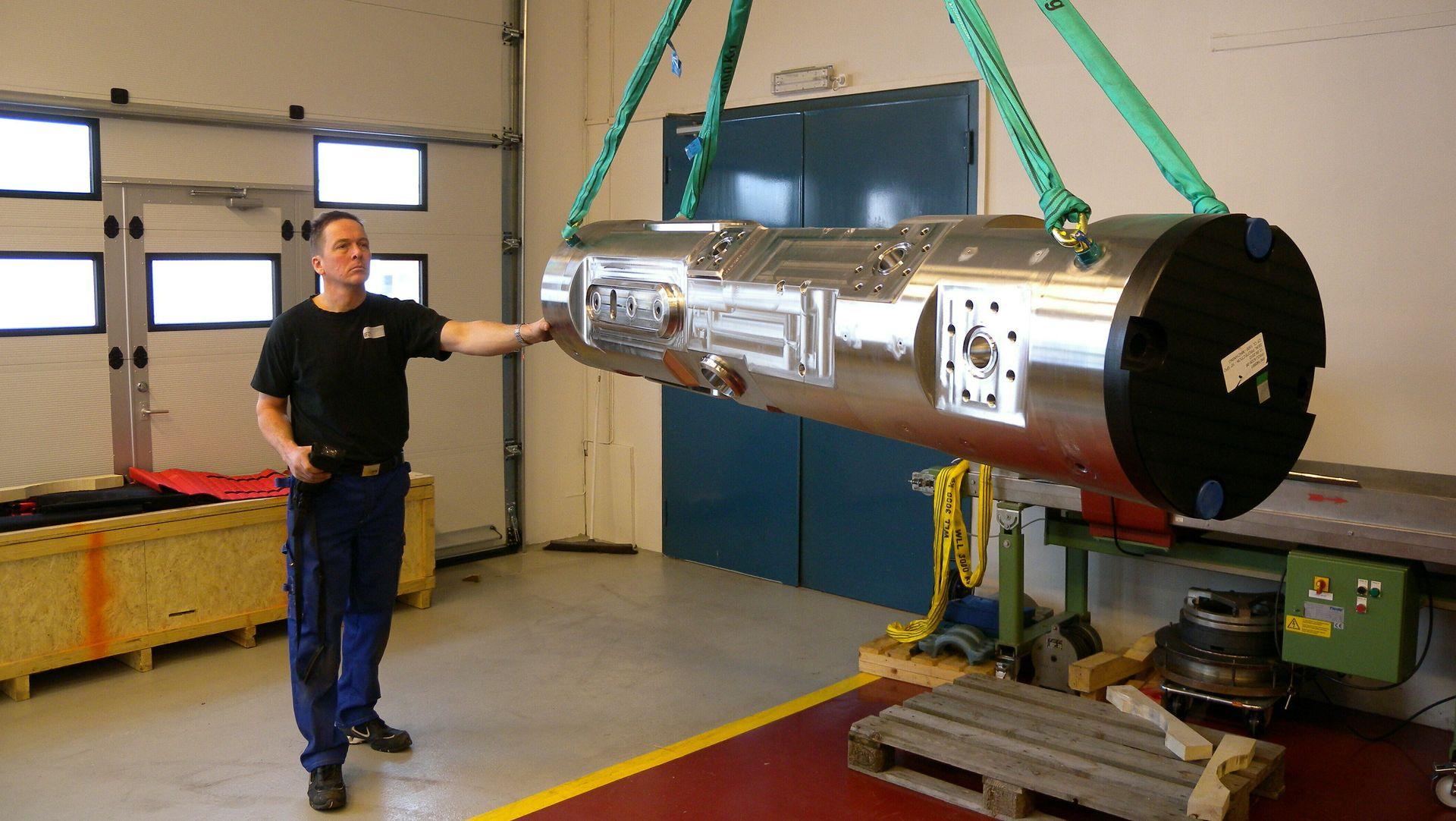 IFEs spisskompetanse sikrer at dette instrumentet trygt kan plasseres på havets bunn. Supervisor Bjørn Ekeberg klargjør flerfasemåleren for EB-sveising. Foto: IFE