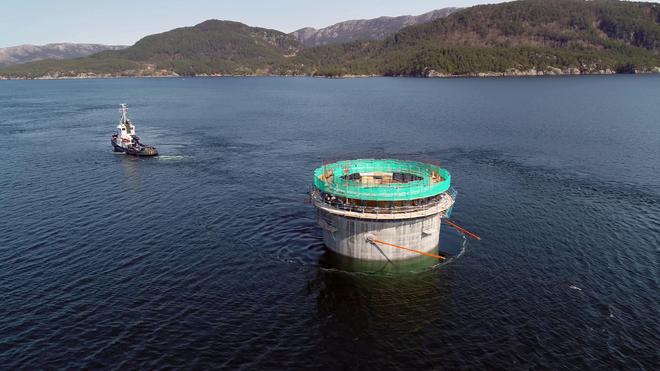 Fraktes ut i fjorden:Nå skal resten av de 107 meter høye fundamentene til Hywind Tampen støpes i sjø