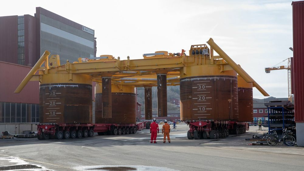 Askeladd brønnramme transporteres ut fra produksjonshallen hos Aker Solutions i Egersund i 2019. Nå skal også Askeladd Vest bygges ut.