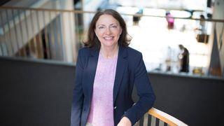 Portrett av en smilende Solfrid Skilbrigt, HR- og strategidirektør i Sopra Steria.