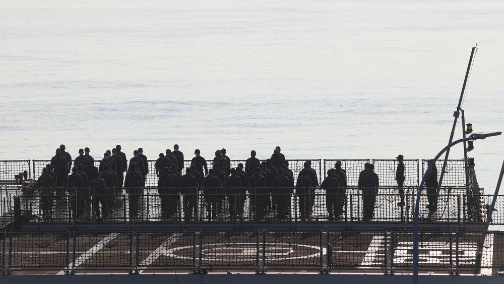 Besetningen ble søndag morgen samlet til en brifing på et indonesisk marinefartøy som har deltatt i letingen etter den samlede ubåten. Militæret i Indonesia opplyser at vraket av ubåten er funnet.