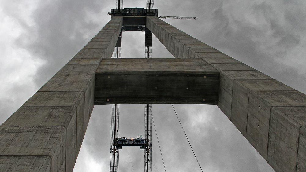 Tårnene på Hardangerbrua rager 201,5 meter høyt. De måler 8,6x7 meter nederst og smalner av mot toppen der de er 4.5x4,5 meter. Veggene er 600 mm tykke, 800 mm ved de tre riglene som forbinder tårnene. Hvert tårnpar består av 10.400 m3 betong og 2150 tonn armeringsstål. Likevel er konstruksjonen fleksibel, i sterk vind vaier tårnparene flere meter fra til side.