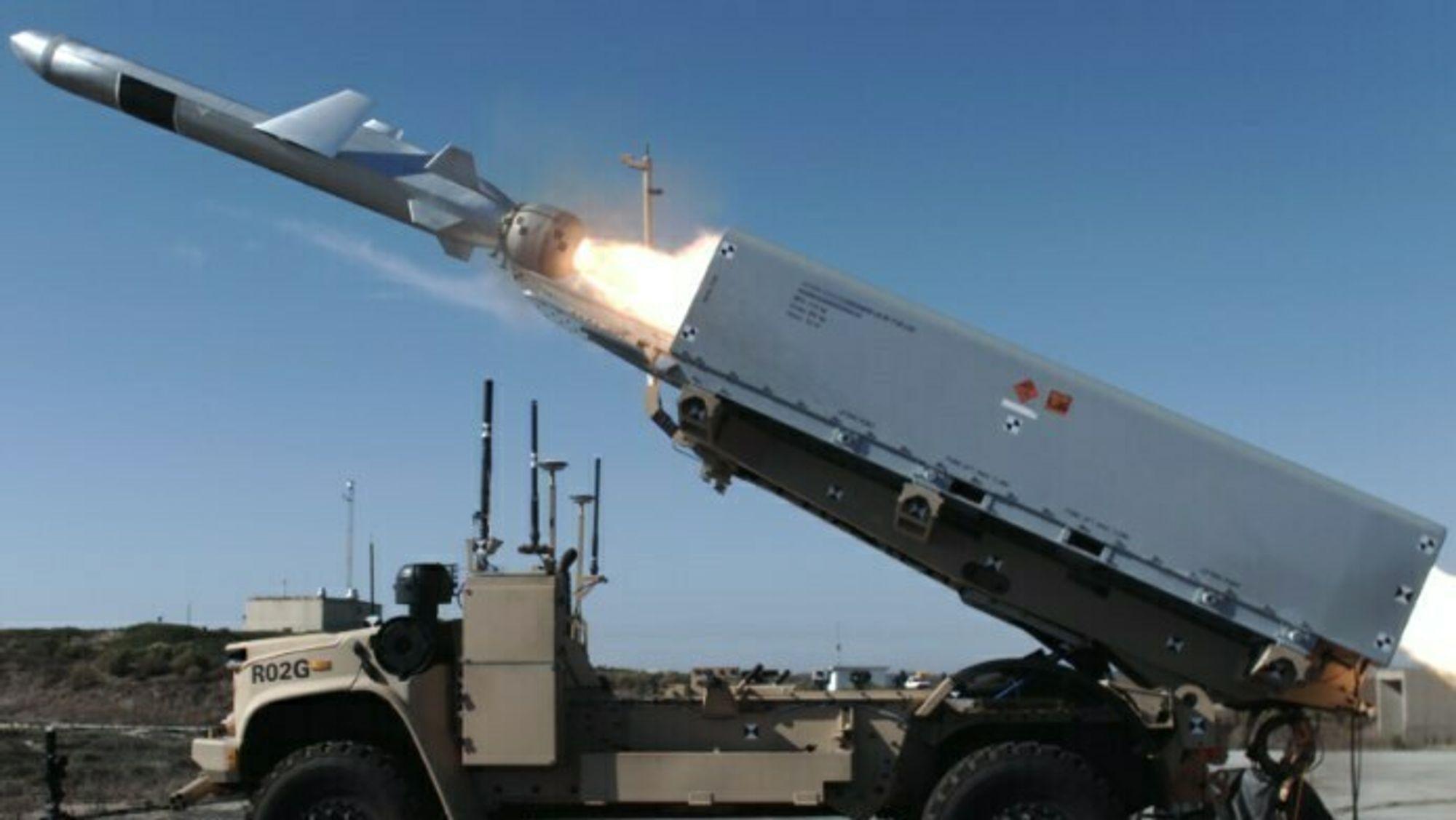 En ubemannet Oshkosh JLTV skyter et NSM fra California-kysten under testing av det amerikanske marinekorpsets nye kystartilleri NMESIS.