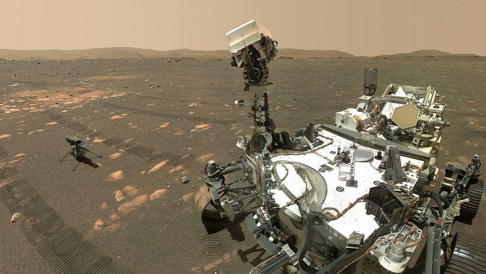 Mars-helikoptert Ingenuity og roveren Perseverance.