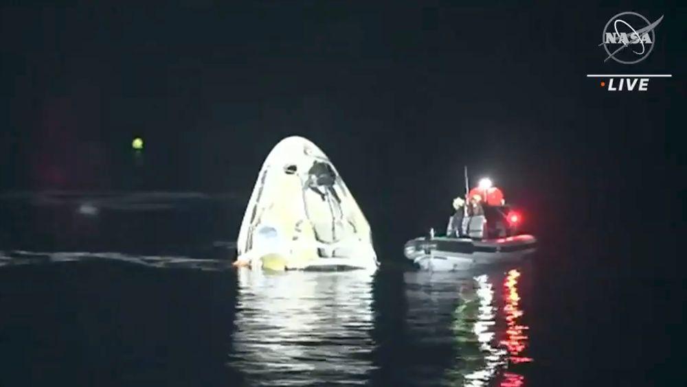 Romkapselen med fire astronauter fra Den internasjonale romstasjonen (ISS) landet i havet utenfor Florida natt til søndag.