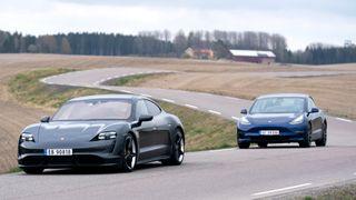 Den ene er rå og artig – den andre er anonym. Er Porsche virkelig bedre enn Tesla, selv med kortere rekkevidde?