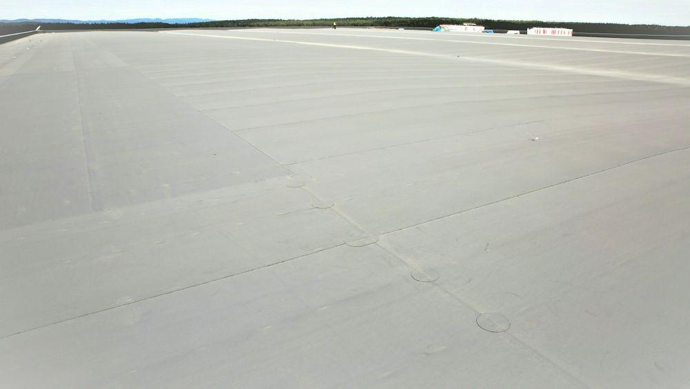Ifølge Solcellespesialistens solkart kan dette lagertaket i Østfold produsere 10 GWh i året hvis det dekkes med høyeffektive, monokrystallinske solceller.