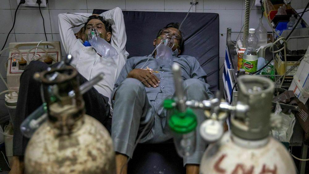 Oksygen av medisinsk kvalitet har blitt mangelvare mange steder i India. Her får covid-pasienter oksygen fra flasker ved Lok Nayak Jai Prakash-sykehuset i New Delhi, India. Foto: REUTERS/Danish Siddiqui