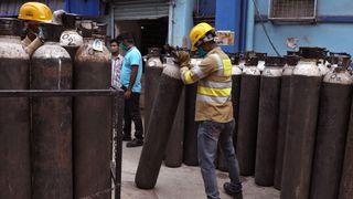 Oksygen-krise i India: Slik lages, fraktes og brukes medisinsk oksygen