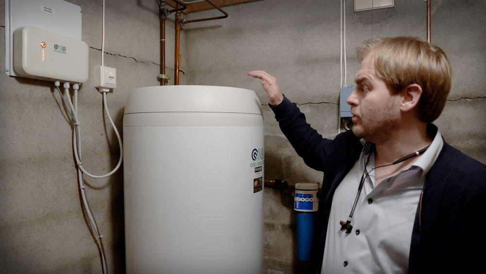 Sør i Norge er det fortsatt mildt vær og lite oppvarmingsbehov. Da er varmtvann fort den største strømforbrukeren i mange hjem. Illustrasjonsbildet viser prosjektleder Stein Arne Riis i Oso Hotwater som tester en ny og smartere varmtvannsbereder.