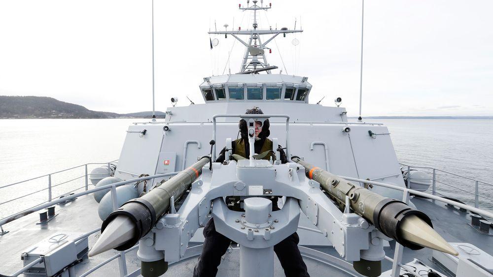 Skyteøvelse om bord på minesveiperen KNM Otra mens fartøyet var en del av Standing NATO Mine Countermeasures Group 1 (SNMCMG1) på oppdrag i Oslofjorden i 2020. Dette er Mistral-missiler som brukes mot trusler fra lufta, ikke fra under vann.