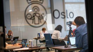 Her et bilde av da bystyret i Oslo for første gang gjennomførte et digitalt bystyremøte 22. april.