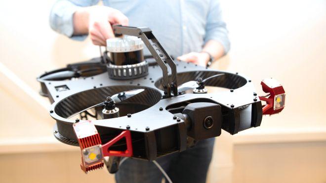 Denne dronen kan fly innendørs, og er kollisjonssikker.