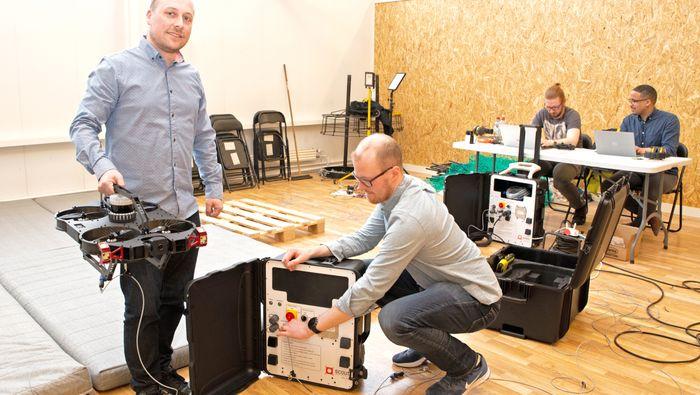 Kristian Klausen og Øystein Skotheim viser fram inspeksjonsdronen.