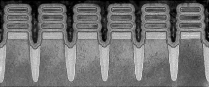 En rad med komponenter lagd med IBMs nye 2 nanometers nanosheet prosessteknologi, sett ved å bruke et elektronmikroskop.